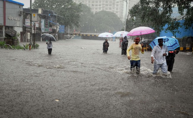 Heavy-Rain-Rages-Havoc-In-Lahore-–-Takes-At-Least-16-Innocent-Lives-In-Punjab