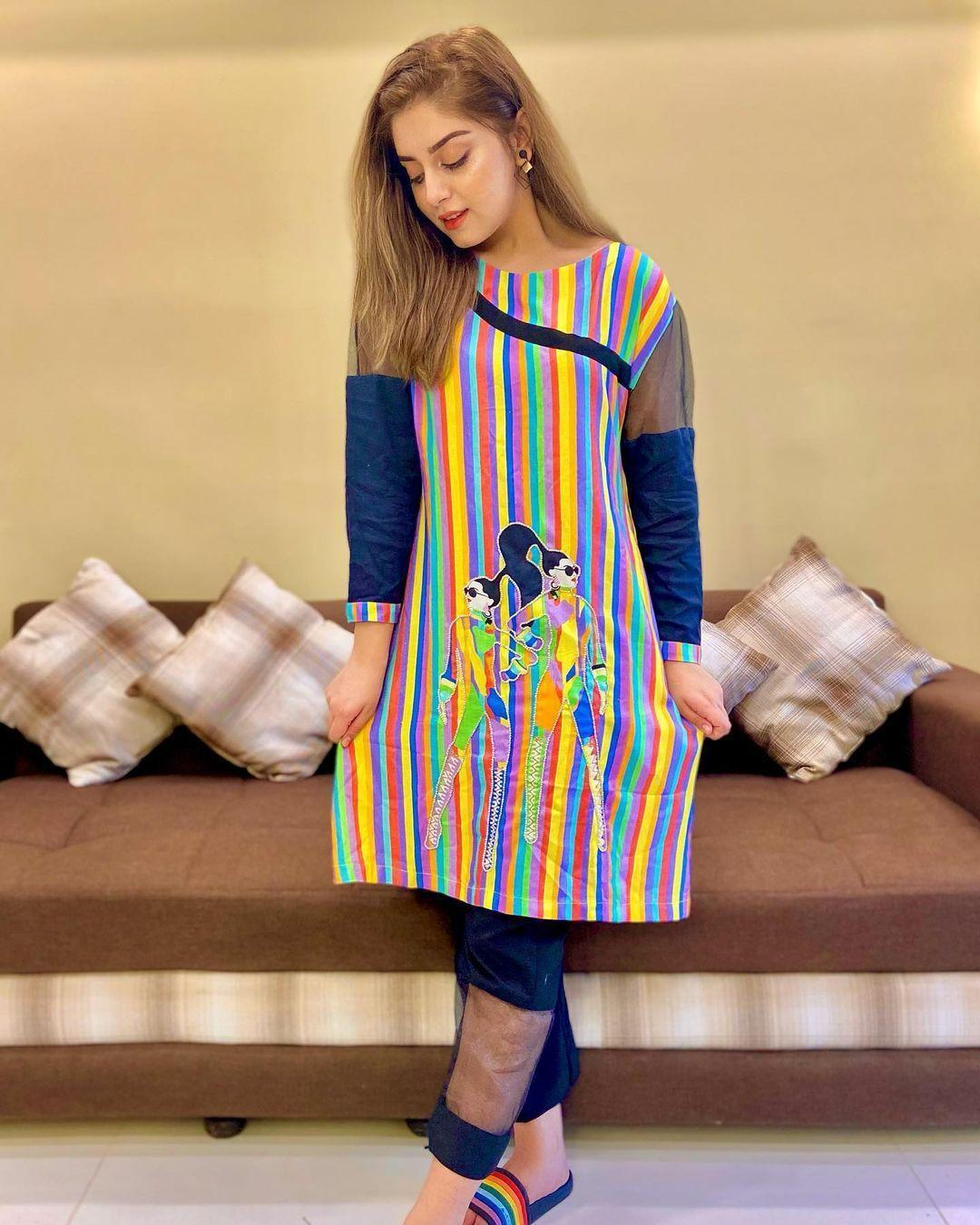 Alizeh-Shah-is-Looking-Stunning-in-a-Multi-Colored-Kurti-2